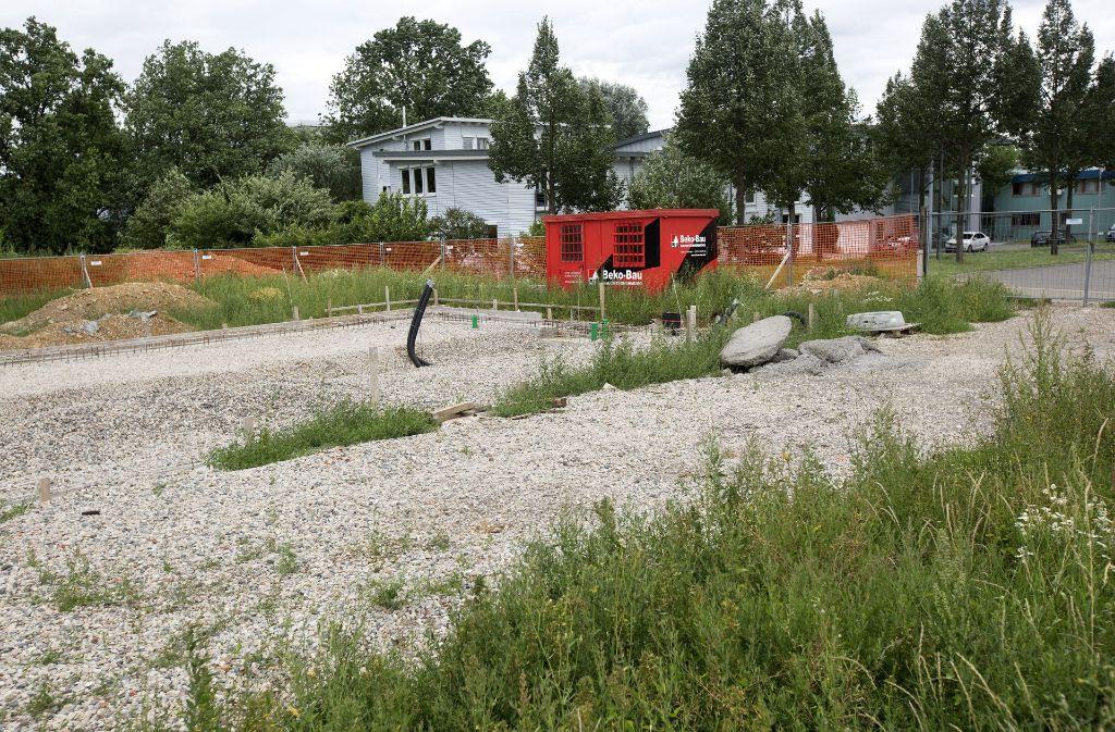 Das Gelände ist erschlossen, das Fundament gegründet. Doch im vergangenen Herbst sind die Arbeiten  an der Albstraße in Neuhausen per Gerichtsbeschluss eingestellt worden. Foto: Ines Rudel