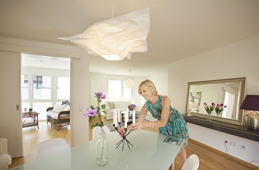 Barbara Löffler rückt Immobilien ins rechte Licht. Damit unterstützt sie Makler beim Verkauf von Objekten, die sonst nicht auf den ersten Blick überzeugen können. Foto: Heinz Heiss
