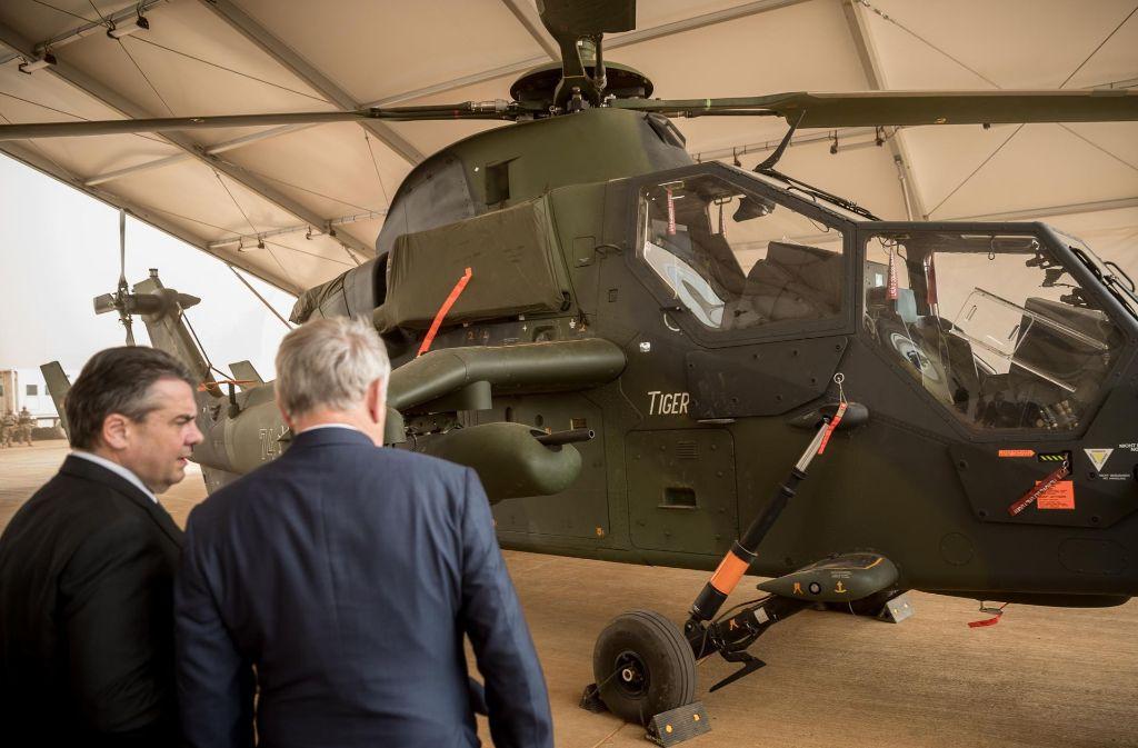 Erst vor eineinhalb Wochen hat sich Bundesaußenminister Sigmar Gabriel (links) mit seinem französischen Amtskollegen Jean-Marc Ayrault in Gao den Kampfhubschrauber – ein deutsch-französisches Rüstungsprojekt – angeschaut. Foto: dpa