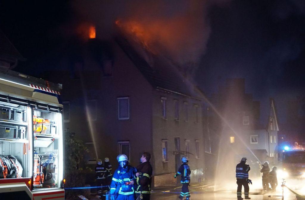 Ein Mehrfamilienhaus in Sindelfingen-Maichingen ist am frühen Donnerstagmorgen den Flammen zum Opfer gefallen. Foto: SDMG