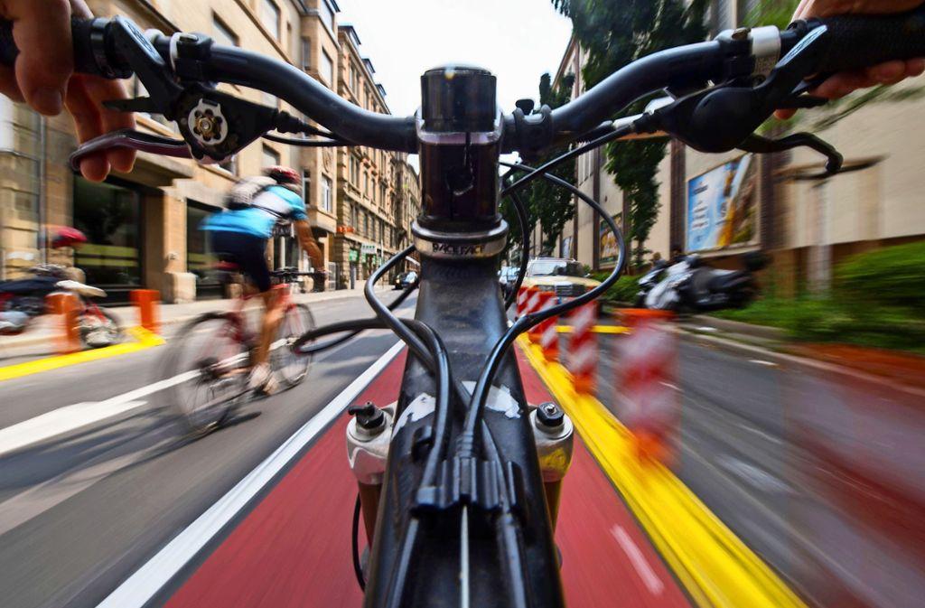Farbliche Markierungen der Radwege erhöhen die Sicherheit für Radler, wie hier in der Stuttgarter Innenstadt. Foto: dpa/Marijan Murat