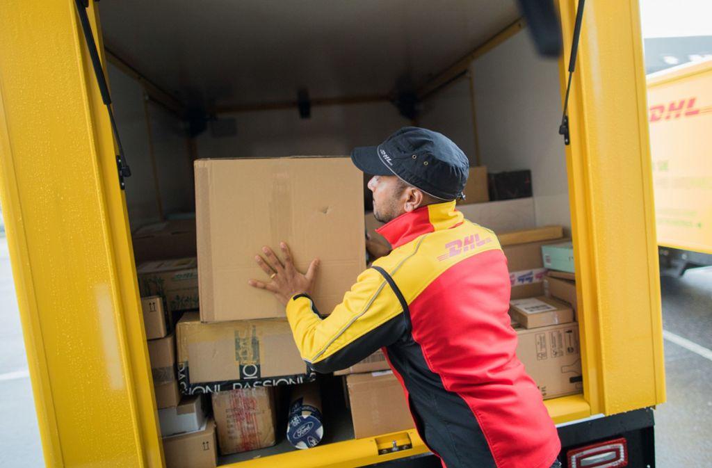 In der Weihnachtszeit sind die Paketboten besonders stark im Stress. Foto: dpa/Rolf Vennenbernd
