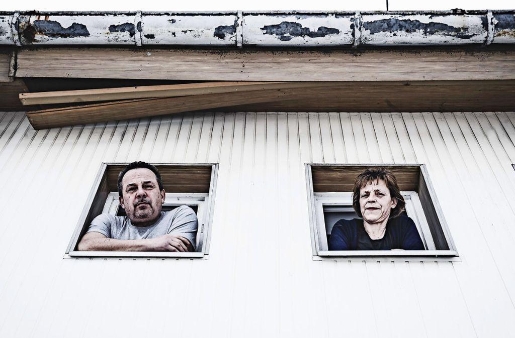 Georg Ganser und Gordona Pintar beklagen Risse und andere Schäden an dem Mehrfamilienhaus in Ulm. Foto: Andreas Reiner