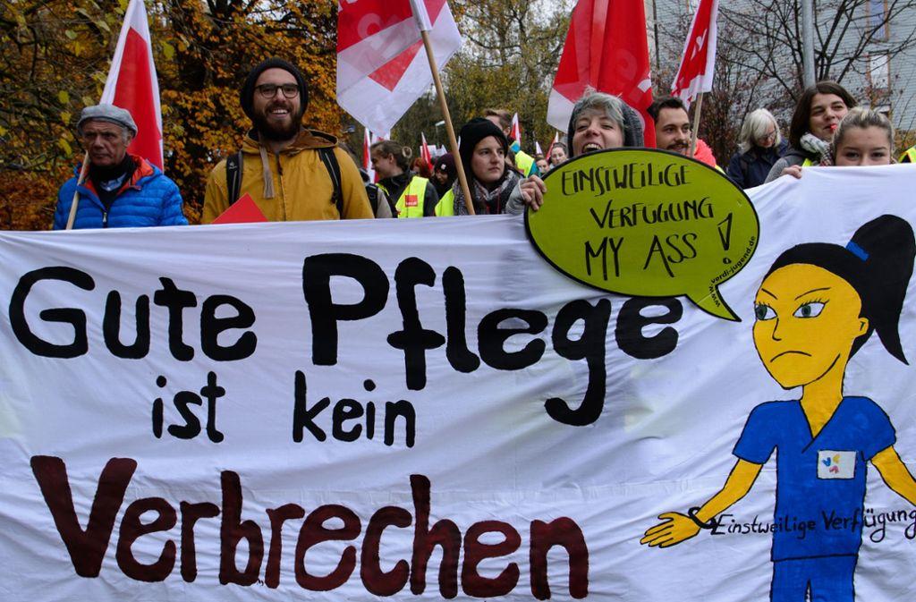 Viele Pflegekräfte der baden-württembergischen Universitätskliniken (hier bei einer früheren Demonstration in Tübingen) sehen sich zeitweise weiter überlastet. Foto: dpa/Sina Schuldt