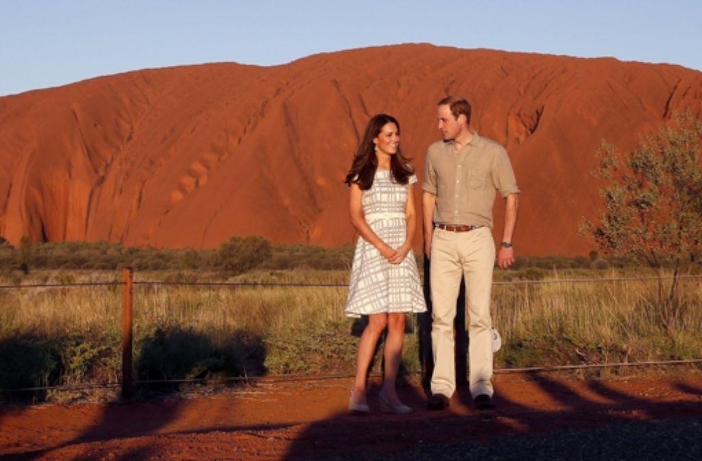 Vor der imposanten Kulisse des Uluru (Ayers Rock) posieren Herzogin Kate und Prinz William für die Fotografen. Foto: Getty Images AsiaPac
