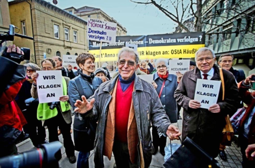 Später Erfolg: Im Januar 2013 protestierte Enrico Pieri (rechts),  einer der Überlebenden des Massakers von Sant  Anna, mit Mitstreitern in Stuttgart gegen die Justiz. Nun hat er vor dem Oberlandesgericht Karlsruhe die Fortsetzung der Ermittlungen erkämpft. Foto: Peters