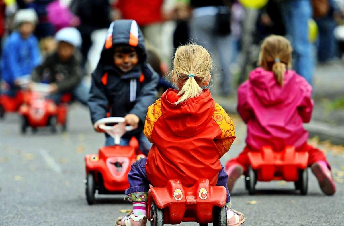 Kinder brauchen Spielmöglichkeiten vor den Häusern. Das steht zuweilen im Widerspruch zu dem Ruhebedürfnis von Anwohnern. Foto: dpa/Britta Pedersen