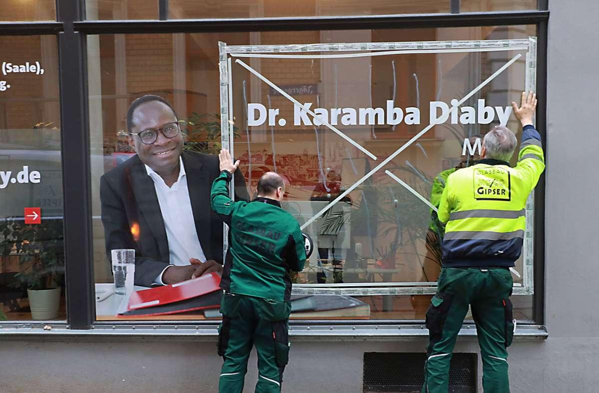 Anfang des vergangenen Jahres wurde auf das Büro des Bundestagsabgeordneten Karamba Diaby geschossen –  er ist der einzige Schwarze im deutschen Bundestag. Foto: imago/Steffen Schellhorn
