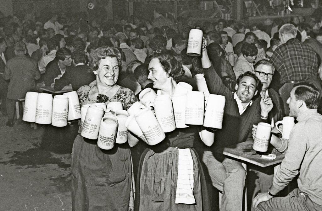 In den 1960ern waren es nur die Kellnerinnen, die in den Wasenzelten Dirndl getragen haben.  Foto: Nachlass Edgar Foto: Burkhardt