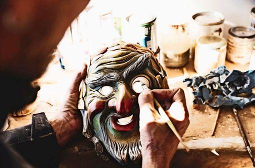 Gernot Zechling schnitzt die Weiler Masken