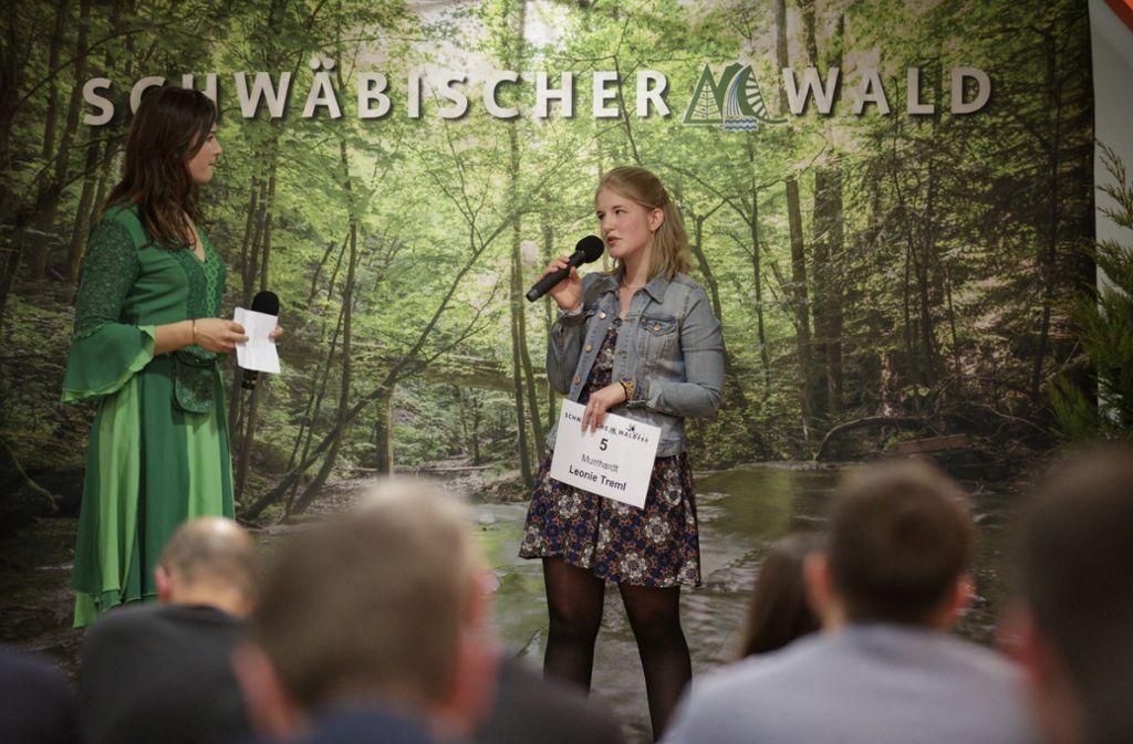 Leonie Treml (rechts)  im Gespräch mit der amtierenden Waldfee Mariel Knödler Foto: Gottfried Stoppel