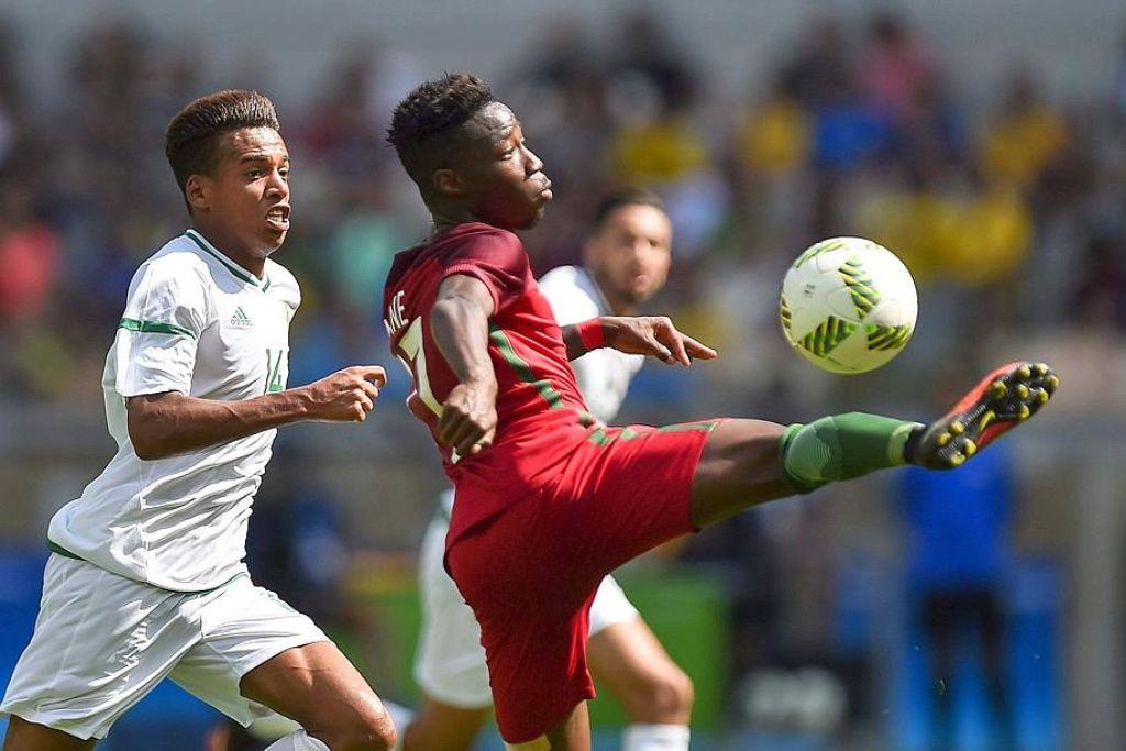 Carlos Mané gegen den Algerier Sofiane Bendebka (links) in der Gruppenphase bei den Olympischen Spielen in Rio.Jetzt führt sein Weg zum VfB Stuttgart. Foto: dpa