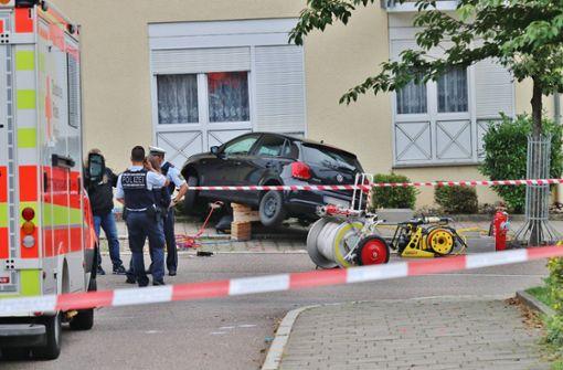Frau und kleiner Junge auf Gehweg von Auto erfasst – Schwerste Verletzungen
