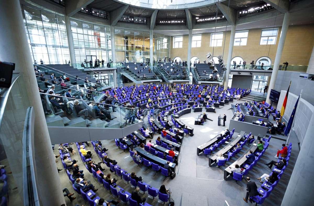 Im Sitzungssaal unter der Reichstagskuppel müssen noch mehr Sitzplätze für die Abgeordneten eingerichtet werden. Foto: imago images/Achille Abboud via www.imago-images.de