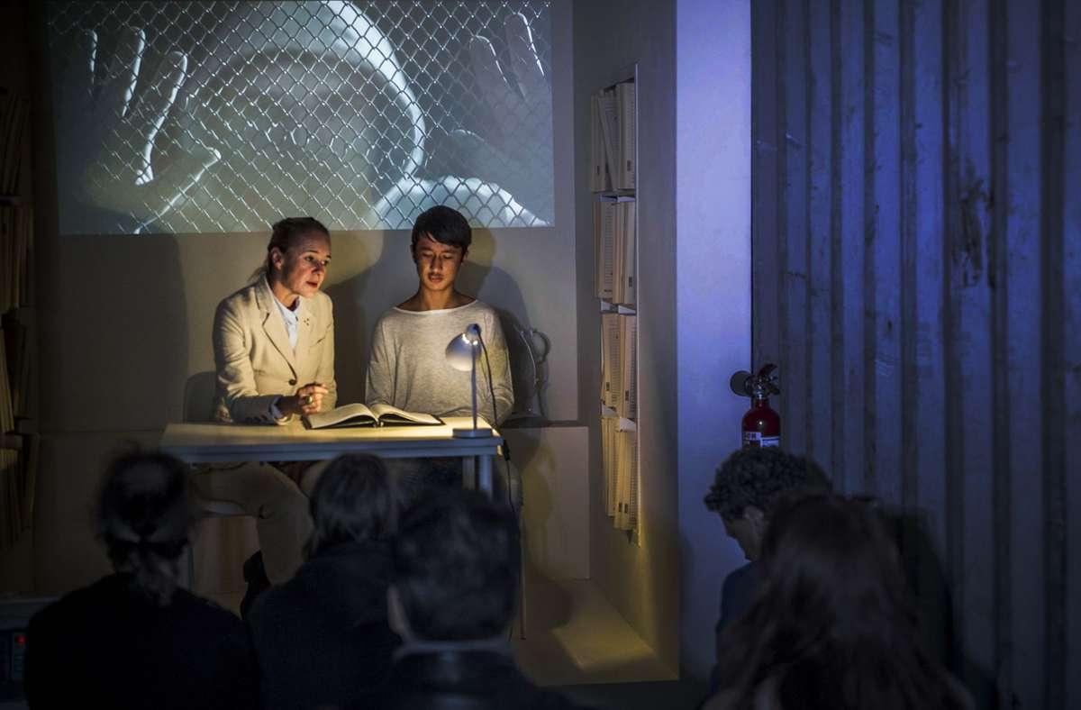 Asylverfahren als Theaterstück im Container mit Kathrin Hildebrand (li.): Lokstoff hat sich in Sachen Integration einen Namen gemacht. Foto: Lichtgut/Max Kovalenko
