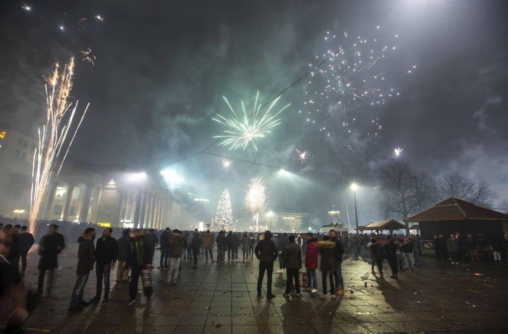 Rund 2500 Menschen feierten auf dem Schlossplatz in Stuttgart ins Neue Jahr. Foto: 7aktuell.de/Simon Adomat