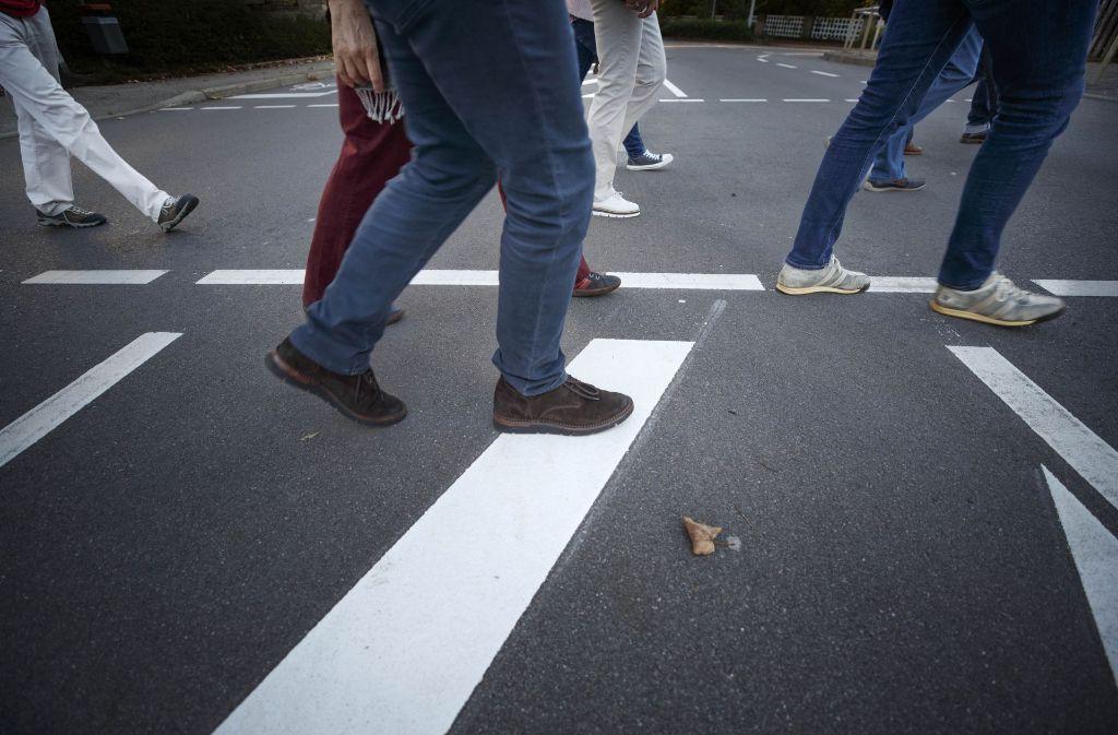 Backnanger Bürger erkunden ihre Stadt zu Fuß, sie fordern unter anderem mehr  Gehwege und Tempolimits. Foto: Gottfried Stoppel