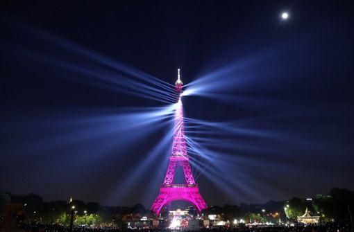 Turmfassade in Paris erstrahlt durch Lasershow