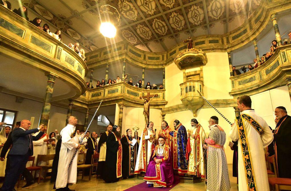 Der Dekan Habip Önder (Bildmitte) wurde bei einem Festgottesdienst in der Stadtkirche  zum sogenannten Chor-Episkopal geweiht. Foto: Gia Carlucci