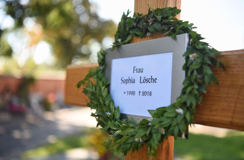 Auf dem Katharinenfriedhof in ihrer Heimatstadt Amberg ist die ermordete Sophia Lösche im Herbst 2018 bestattet worden. Nun beginnt der Prozess gegen ihren mutmaßlichen Mörder. Foto: dpa