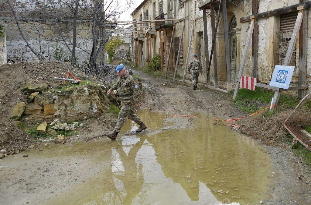 Seit 43 Jahren gibt es diese Pufferzone in Zyperns Hauptstadt Nikosia. Foto: AP