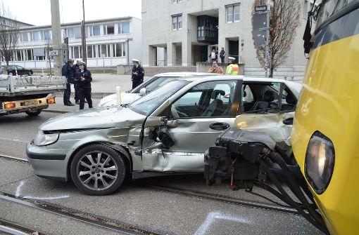 Autofahrer kracht in Stadtbahn – zwei Verletzte