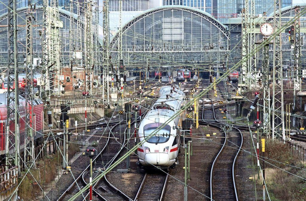 Der Frankfurter Hauptbahnhof könnte nach Züricher Vorbild um einen Tiefbahnhof erweitert werden. Foto: dpa/Fabian Sommer