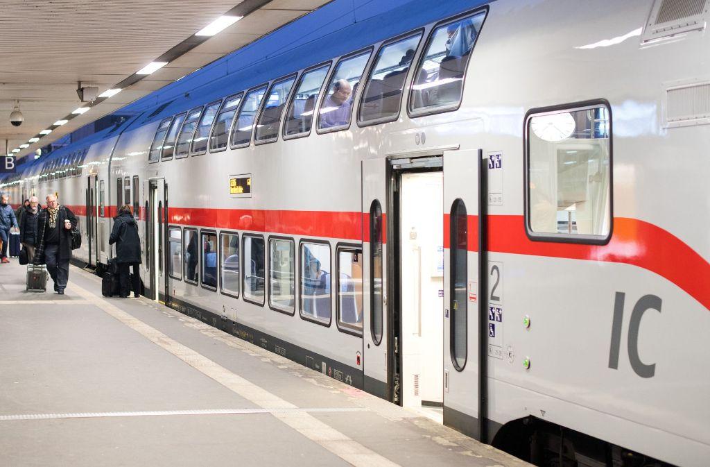 Am Sonntag mussten rund 600 Fahrgäste einen IC verlassen (Symbolbild). Foto: dpa