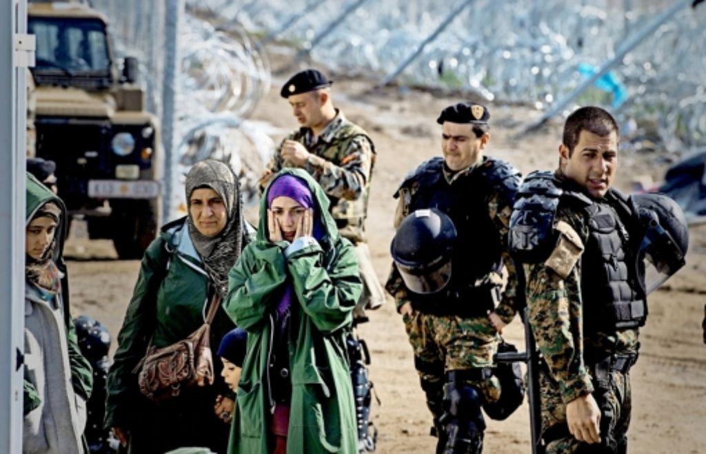 Glücklich in Gevgelija: Täglich können nur wenige aus Griechenland einreisen. Foto: dpa