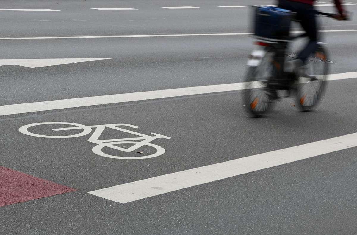 Die 16-Jährige war mit ihrem Rad auf dem Fahrradstreifen der Straße unterwegs (Symbolbild). Foto: dpa/Daniel Karmann