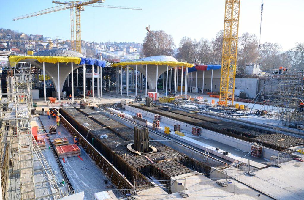 Im Stuttgarter Schlossgarten zeichnen sich die ersten Bahnsteige und Teile der Dachkonstruktion des neuen Tiefbahnhofs ab. Foto: dpa/Sebastian Gollnow