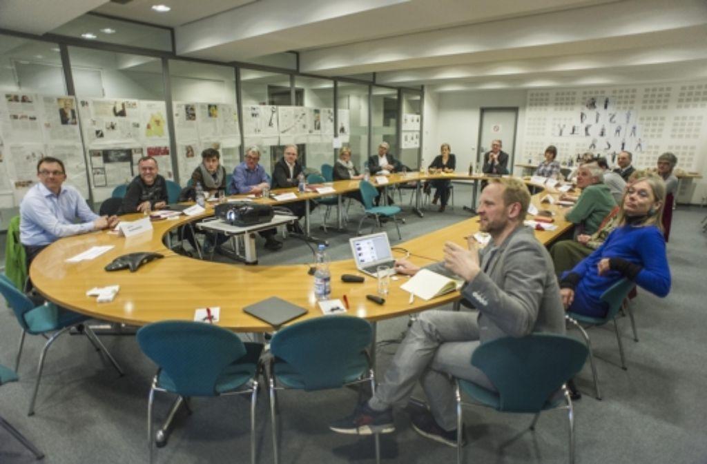 Die Leserbeiräte diskutieren über Digitales. Onlinechef Tobias Köhler (rechts) stellt die Angebote der StZ vor. Foto: Lichtgut/Max Kovalenko