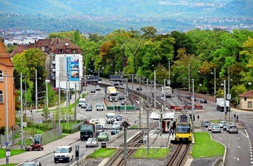 Für die Bewohner der Häuser an der Pragstraße (links, hinter dem Werbeplakat) wird die heute schon dicke Luft durch den Rosensteintunnel noch schlechter. Foto: Steinert