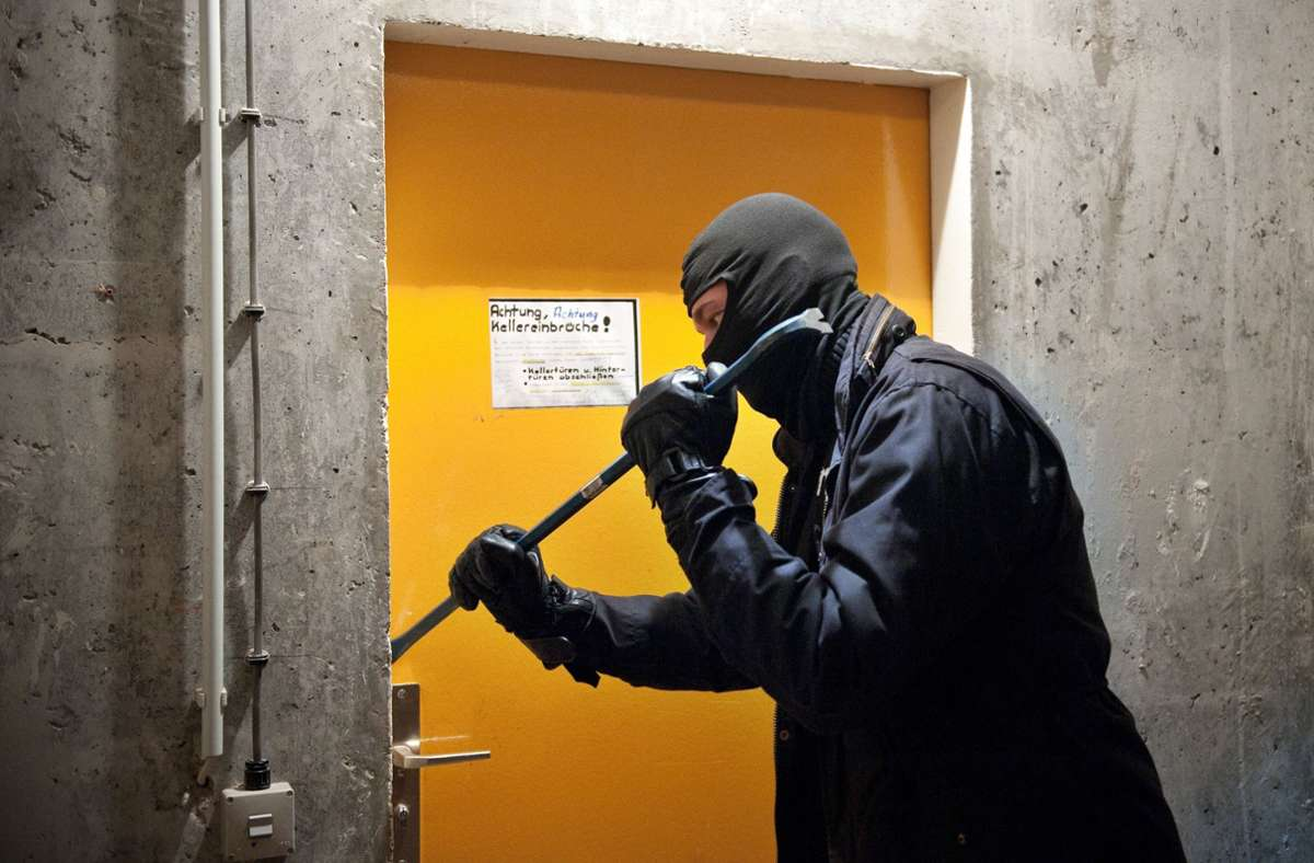 Die Unbekannten verschafften sich über eine Notausgangstür Zutritt zum Gebäude (Symbolbild). Foto: dpa/Robert Schlesinger
