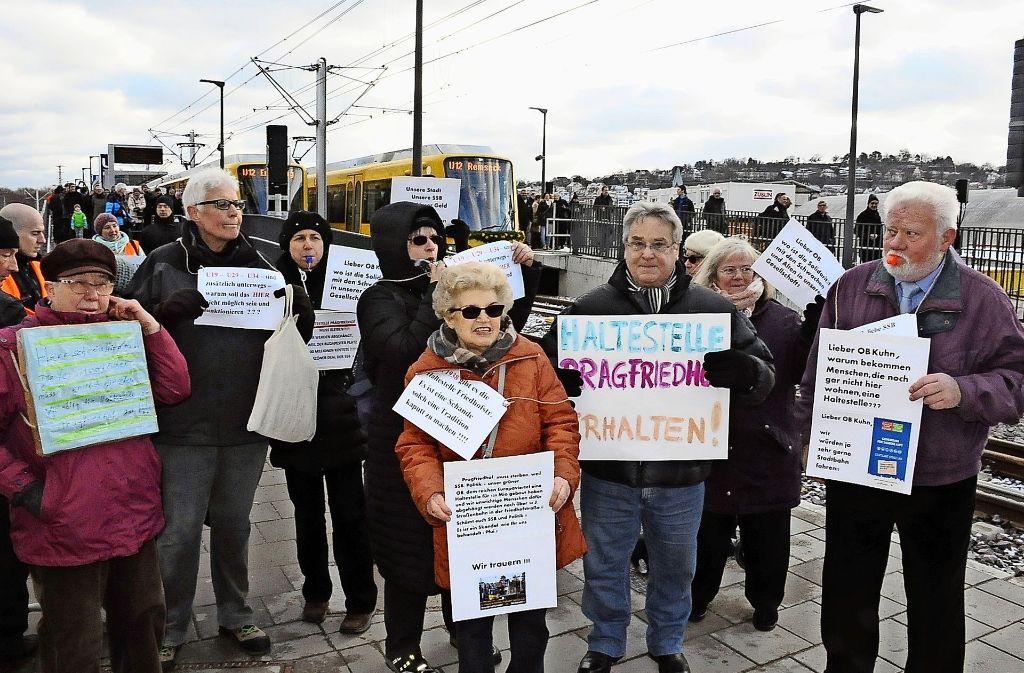 Mit Trillerpfeifen und Transparenten haben die Aktivisten an der Budapester Straße für den Stadtbahnhalt Pragfriedhof demonstriert. Foto: Georg Linsenmann