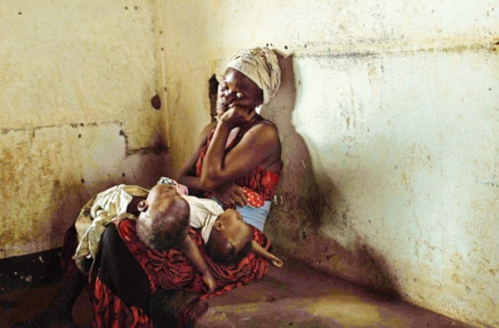 Eine Mutter wartet auf die Behandlung ihrer kranken Kinder. Foto: MSF/HANDOUT