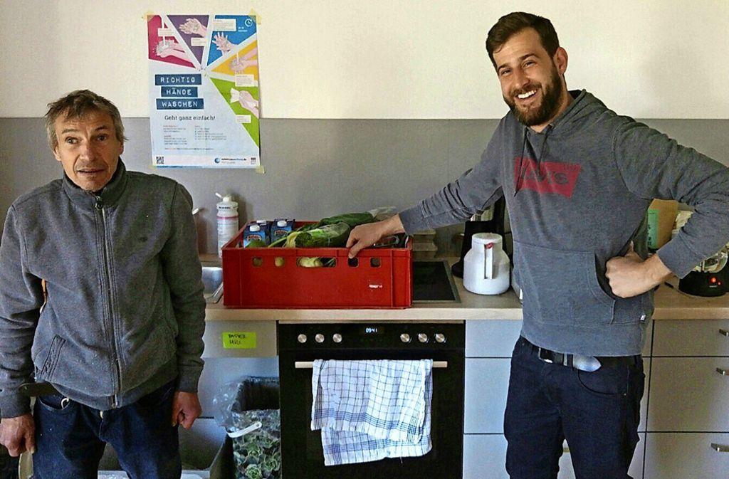 Peter Krell (links) lebt in einer Einrichtung des BHZ in Stuttgart-Birkach. Hier ist er mit Moritz Rößler zu sehen, dem Küchenchef im Restaurant SW34 Foto: z/privat