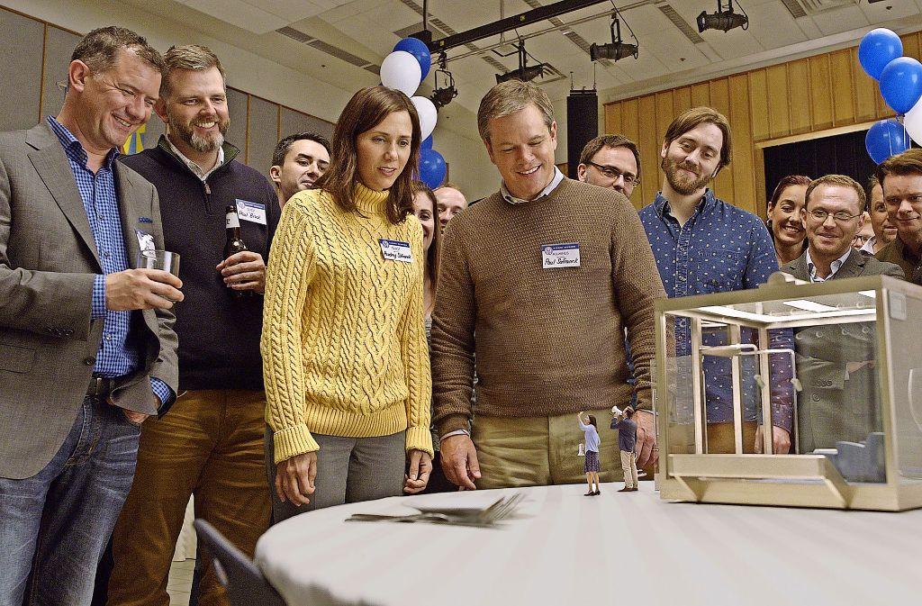 """Die kleinsten Hauptfiguren Venedigs:   Kristen Wiig (im gelben Pulli) und Matt Damon (rechts neben ihr) sollen in """"Downsizing"""" geschrumpft werden. Foto: Paramount"""