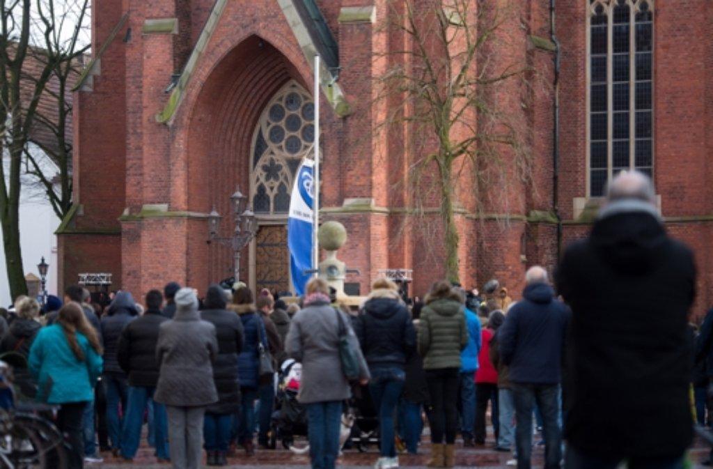Zahlreiche Menschen strömen zur Sankt-Sixtus-Kirche in Haltern. Foto: dpa