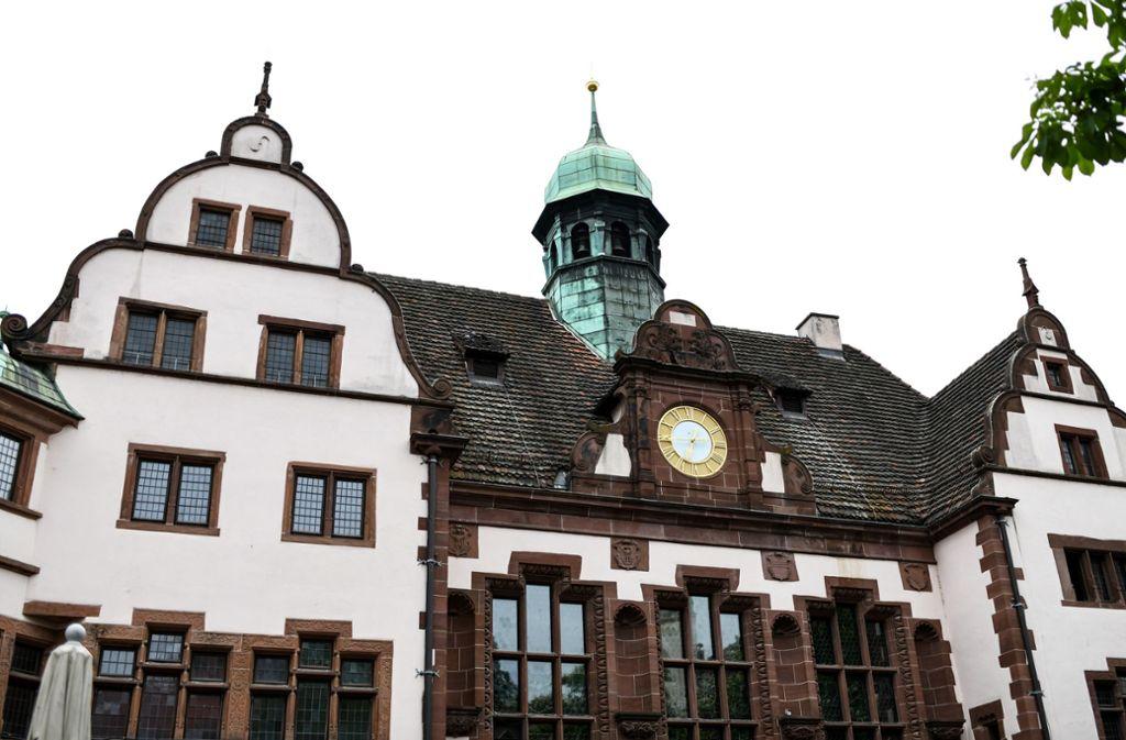 Nach einer Bombendrohung wurde das Freiburger Rathaus durchsucht. Foto: Patrick Seeger/dpa