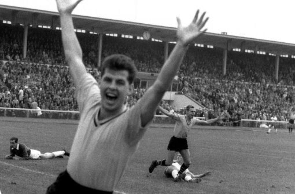 Saison 1963/64 Historischer Moment: Timo Konietzka (rechts hinten) geht in die Geschichte ein, als er am 24. August 1963 in der ersten Minute im ersten Spiel der ersten Bundesligasaison das erste Tor schießt. Die Borussen aus Dortmund verlieren trotzdem im Weserstadion mit 2:3 gegen Werder Bremen. Erster Deutscher Meister wird der 1. FC Köln. Foto: dpa