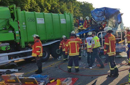 Bus prallt in Stauende – Junge Reiseleiterin stirbt