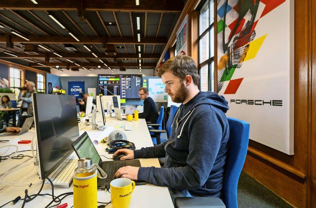 Alles andere als steril: Arbeitsplatz im Ludwigsburger Porschebüro Foto: factum