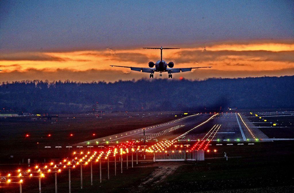 Nächtlicher Flugverkehr auf dem Flughafen ist teuer geworden. Das Geld fließt in  die Infrastruktur und in Verringerung des CO2-Ausstoßes. Foto: Archiv/Achim Zweygarth