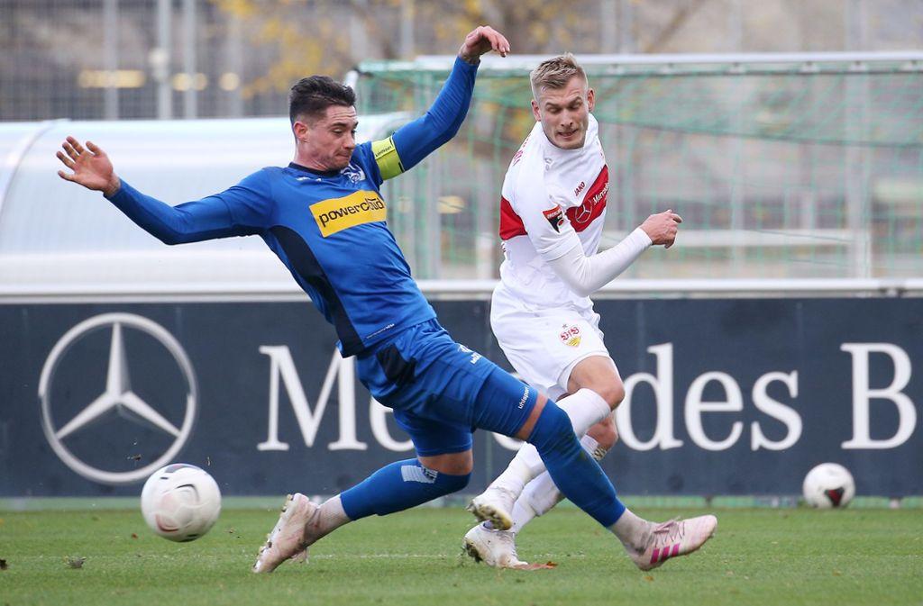 Marcel Sökler traf für den VfB Stuttgart II, Nicola Leberer vom SV Oberachern hat das Nachsehen. Foto: Pressefoto Baumann/Julia Rahn