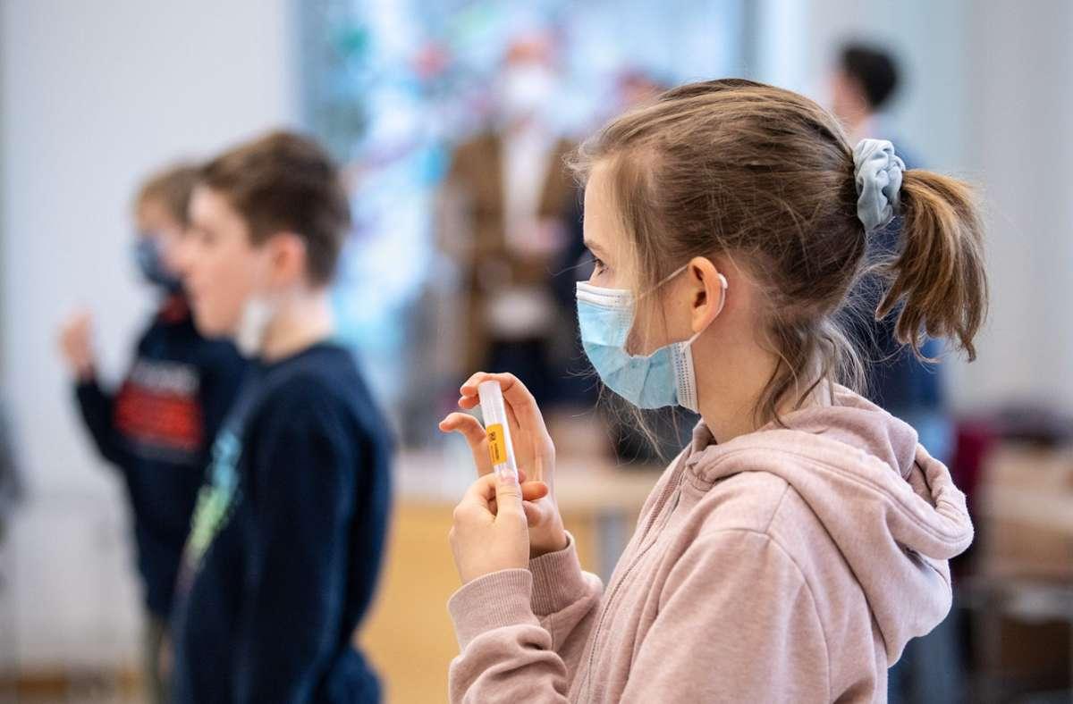 Wie hier bei  Schulkindern sind nun auch für Kita-Kinder regelmäßige Tests geplant. Foto: dpa/Matthias Balk