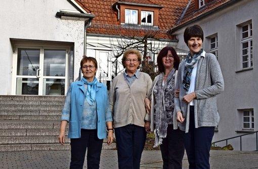 Renate Silberberger und Renate Langner (von links) haben sich 23 Jahre lang für den Mittagstisch engagiert. Nun haben sie den Stab weitergegeben an die Pfarramtssekretärin Christiane Lander und die Mesnerin Barbara Schimek (von rechts). Foto: Alexandra Kratz