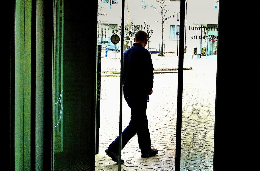 Bisher ist nur der Ex-Bürgermeister Nicolas Fink durch die Aichwalder Rathaustür hinaus gegangen. Aber ein  potenzieller Kandidat für seine Nachfolge, der hinein geht,  um seine Bewerbung einzureichen, ist bisher noch nicht gesichtet worden. Foto: Ines Rudel
