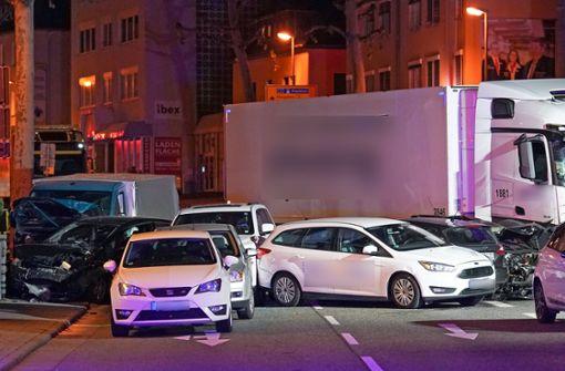 Lastwagen fährt vor Ampel auf Fahrzeuge auf