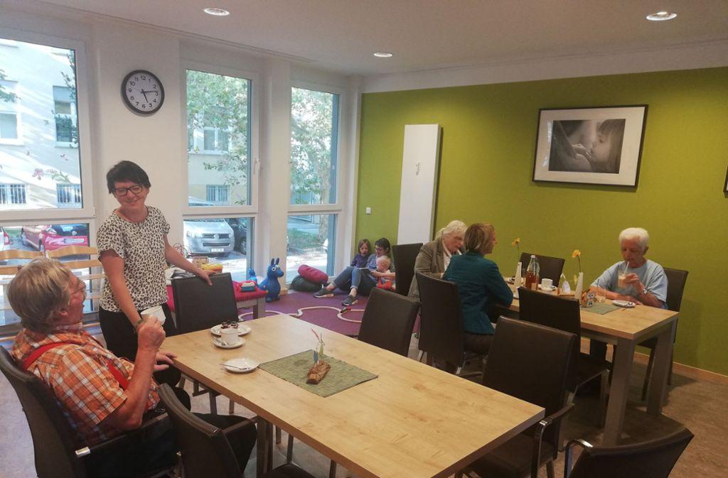 Anwohner verschiedenen Alters können sich im Wohncafé an der Rotenbergstraße 110 begegnen. Bisweilen entstehen Freundschaften, berichten Gäste. Foto: